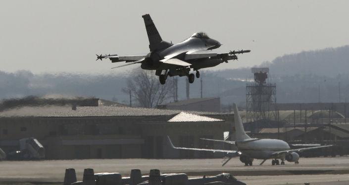 Un F-16 américain sur la base américaine d'Osan en Corée du Sud