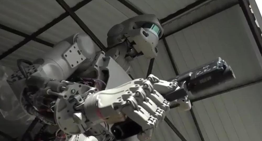 Le robot humanoïde russe «Fedor» est capable de tirer avec ses deux mains