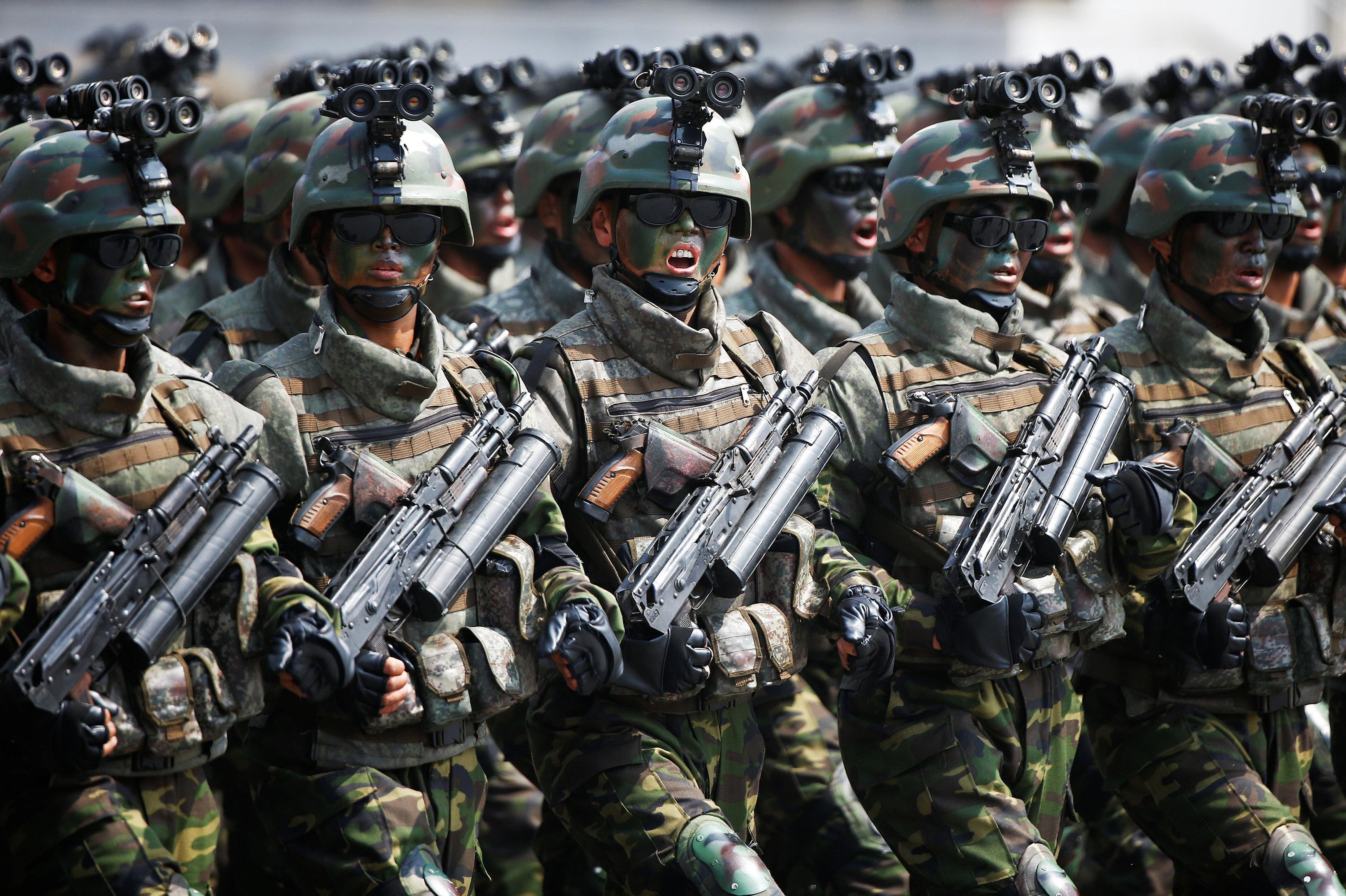 Des militaires marchant au cours du défilé en Corée du Nord