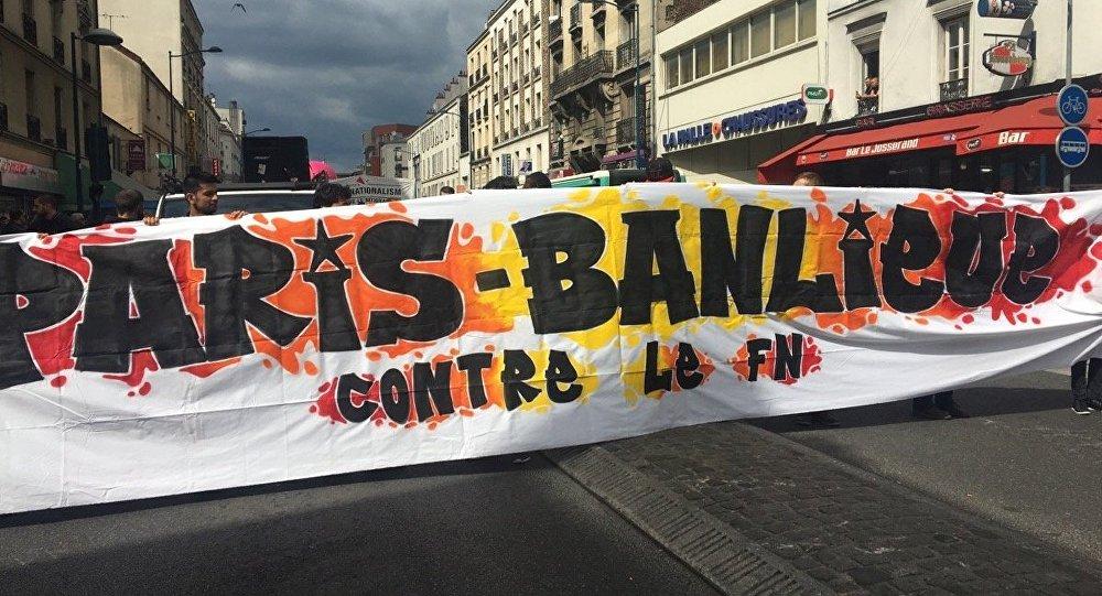 Gaz, pétards, canon à eau: la manif anti-FN à Paris dégénère