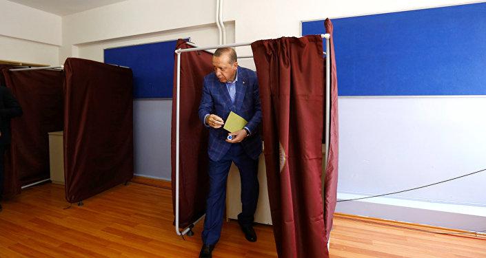 Le vote «pour» prévaut au référendum turc, selon les données préliminaires