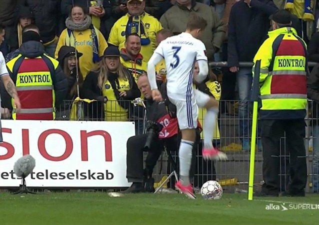 Des supporteurs danois «bombardent» le terrain avec des rats morts lors d'un match de foot