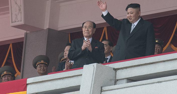 Les dirigeants nord-coréens assistent au défilé militaire