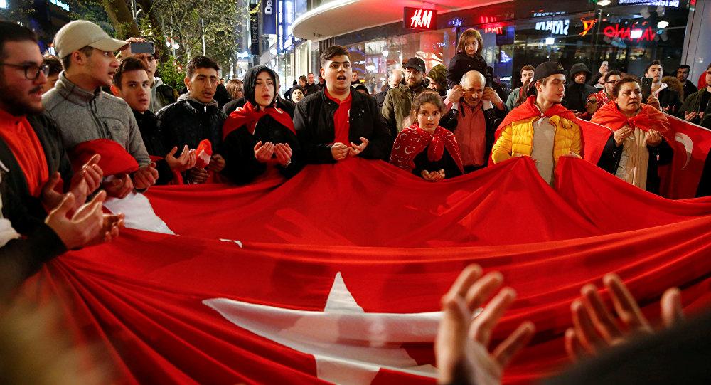 Nouvelles manifestations après la victoire du oui au référendum — Turquie