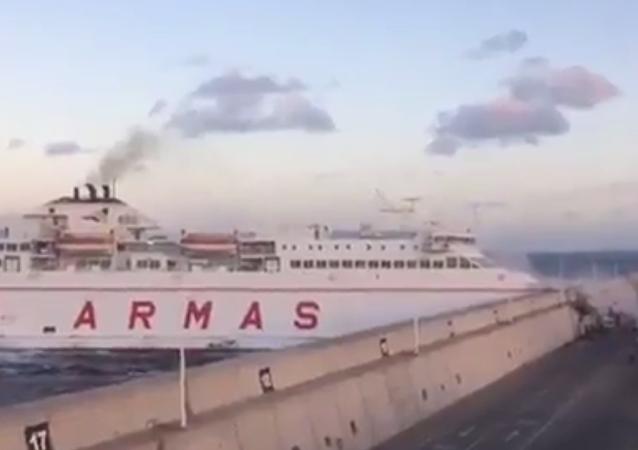 Canaries: un ferry s'emboutit contre le quai (vidéo)