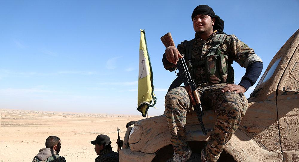 Un combattant des Forces démocratiques syrienes près de Raqqa