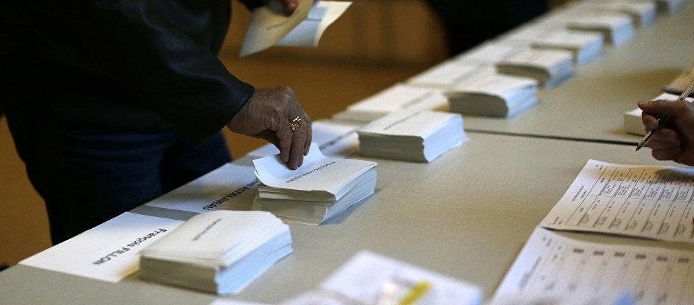Un bureau de vote à Paris lors du premier tour de la présidentielle française