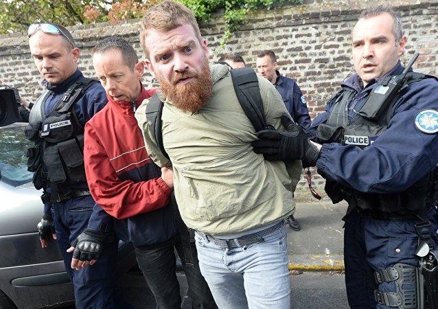 Un photographe filmant l'action des Femen contre Le Pen arrêté par la police