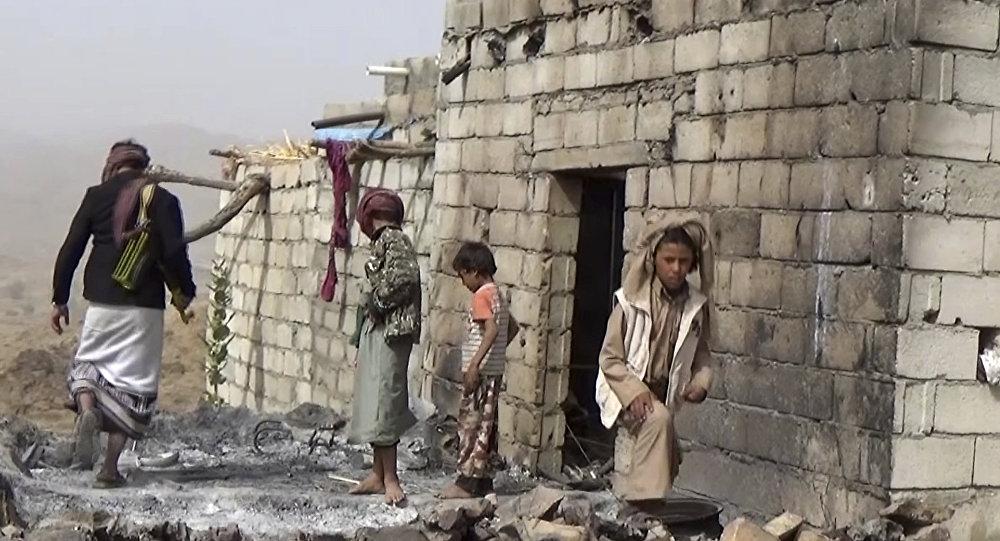 Les résidents inspectent une maison qui a été endommagée lors d'un raid aérien américain le 29 janvier 2017, la village de Yakla, dans le centre du Yémen