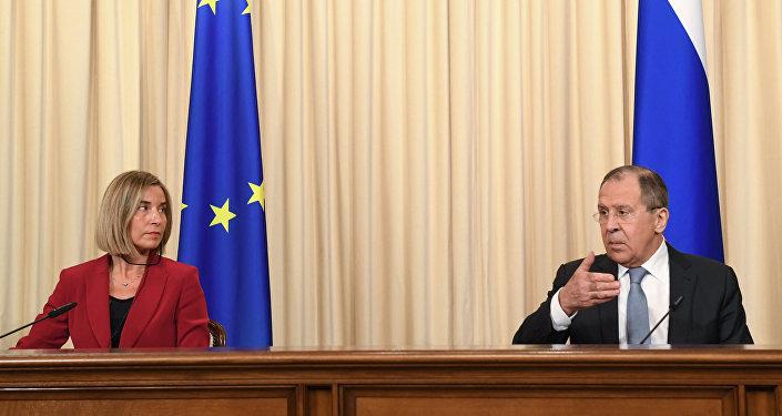 Le ministre russe des Affaires étrangères Sergueï Lavrov et la chef de la diplomatie européenne Federica Mogherini