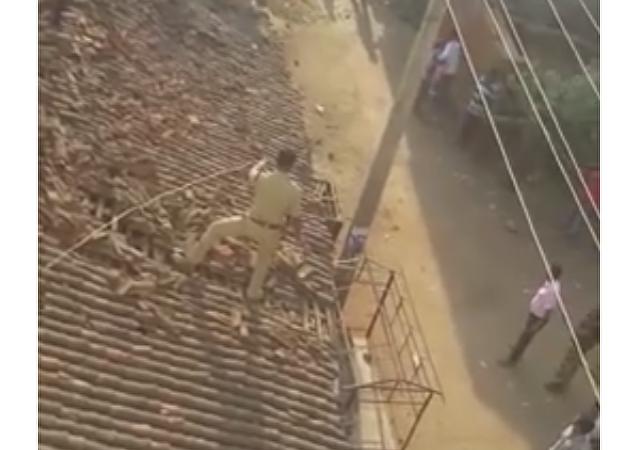 Un policier indien a sauté d'un toit pour échapper à un léopard