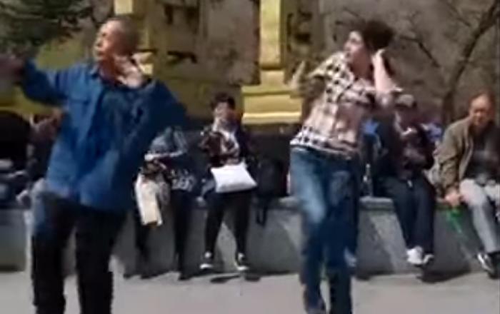 La danse endiablée d'un papy qui a une sacrée classe