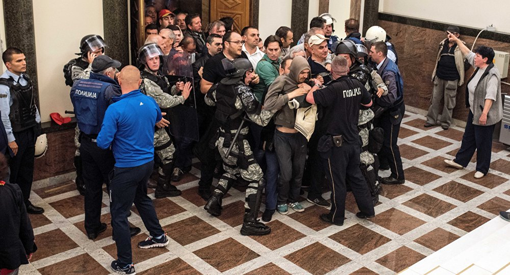 Une foule fait irruption au parlement macédonien