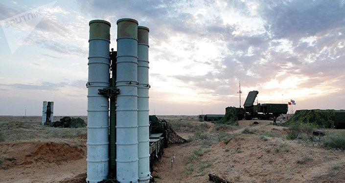 Un système de missiles antiaériens S-400 Triumph