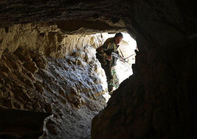 L'armée syrienne frappe les terroristes et détruit leur tunnel à Deir ez-Zor