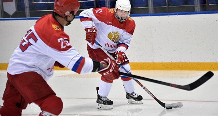 Le Président le plus sportif du monde: Poutine s'entraine au hockey à Sotchi