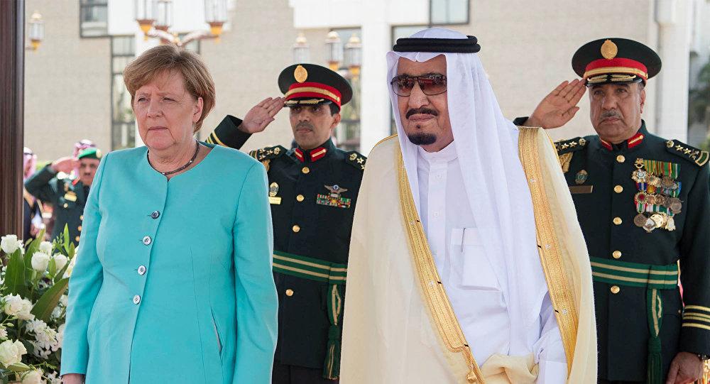 Merkel refuse le voile, la TV saoudienne la floute… et ça lui fait une de ces têtes!