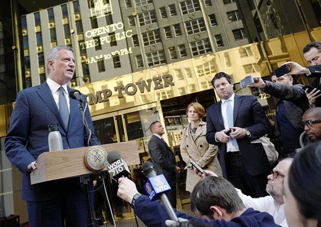 Le maire de New York, Bill de Blasio, parle lors d'une conférence de presse devant Trump Tower suite à une réunion avec le président élu Donald Trump, mercredi 16 novembre 2016, à New York