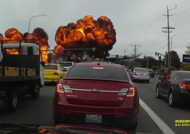 Un avion léger tombe sur une autoroute aux USA (vidéo)