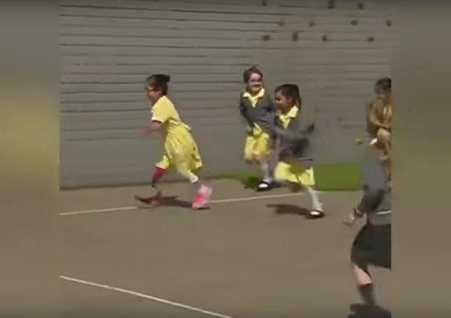 Une fille de sept ans montre sa nouvelle prothèse