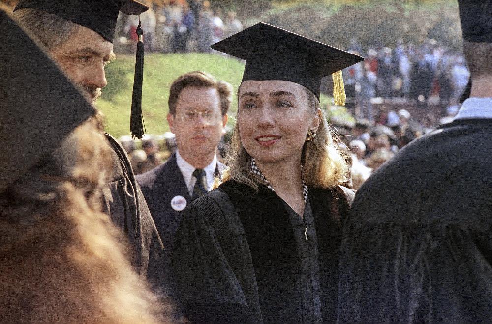 Le 30 mai 1992, Hillary Rodham Clinton reçoit le titre de docteur honoris causa en droit au Hendrix College à Conway.