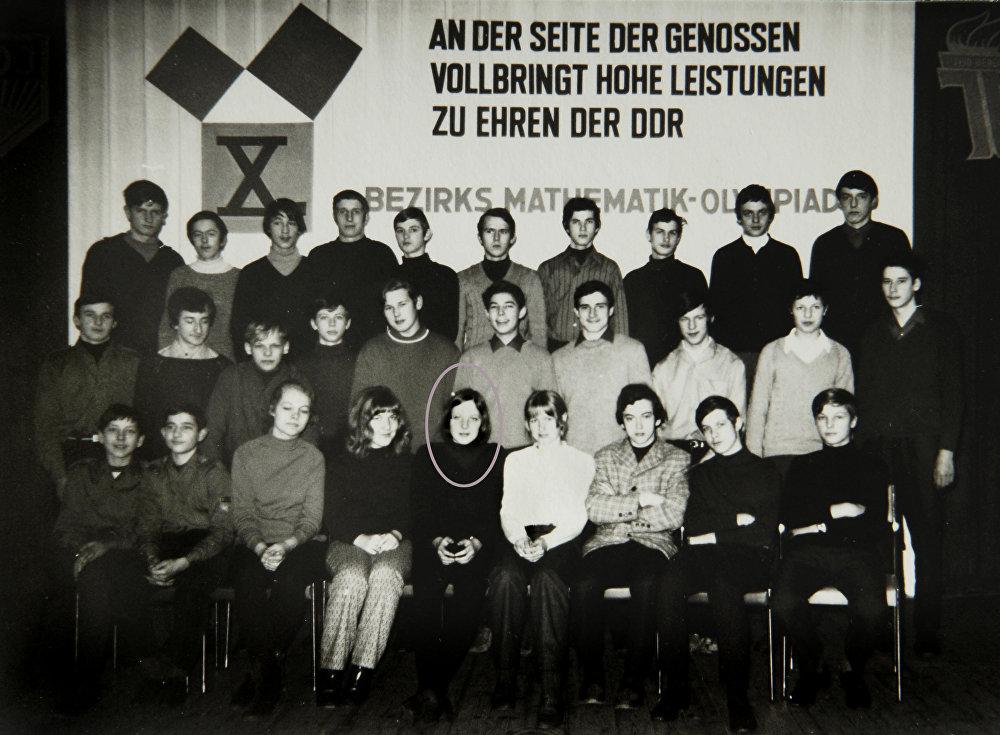 Angela Merkel-Kasner (assise au premier rang au centre) en 1971 parmi les participants d'un concours de maths à Teterow, une ville au nord-est de l'Allemagne.
