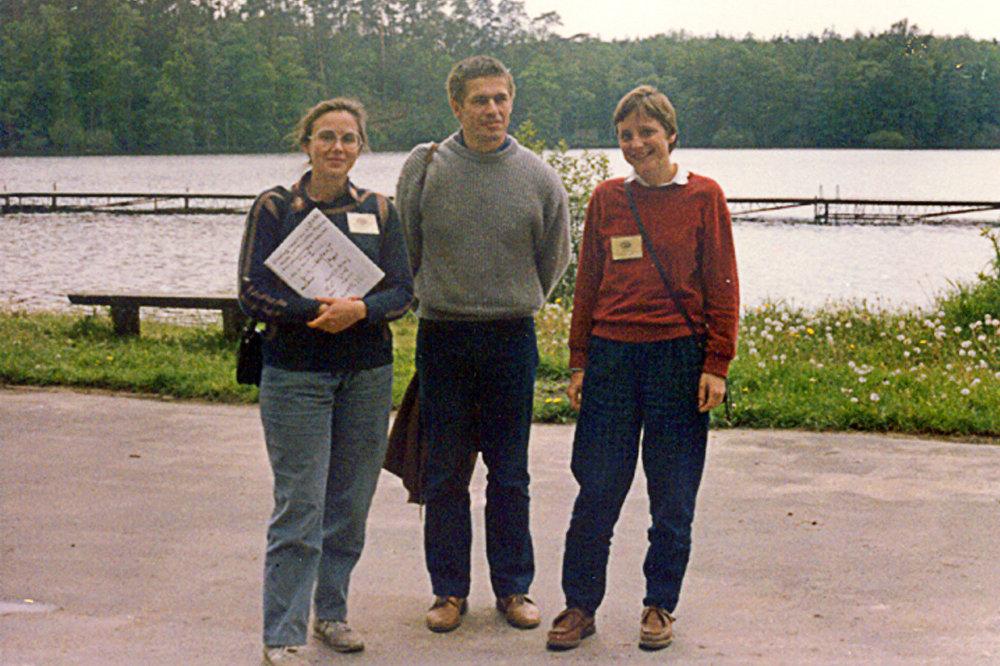 La professeur de chimie Malgorzata Jeziorska, le mari de la future chancelière allemande Joachim Sauer et Angela Merkel en 1989 à Bachotek, en Pologne, pendant l'école d'été dans une université pour les étudiants en chimie.