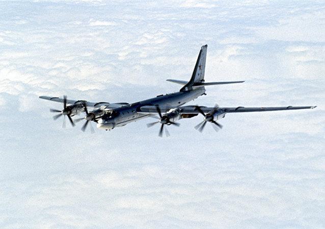 Deux bombardiers stratégiques russes Tu-95MS survolent l'Arctique