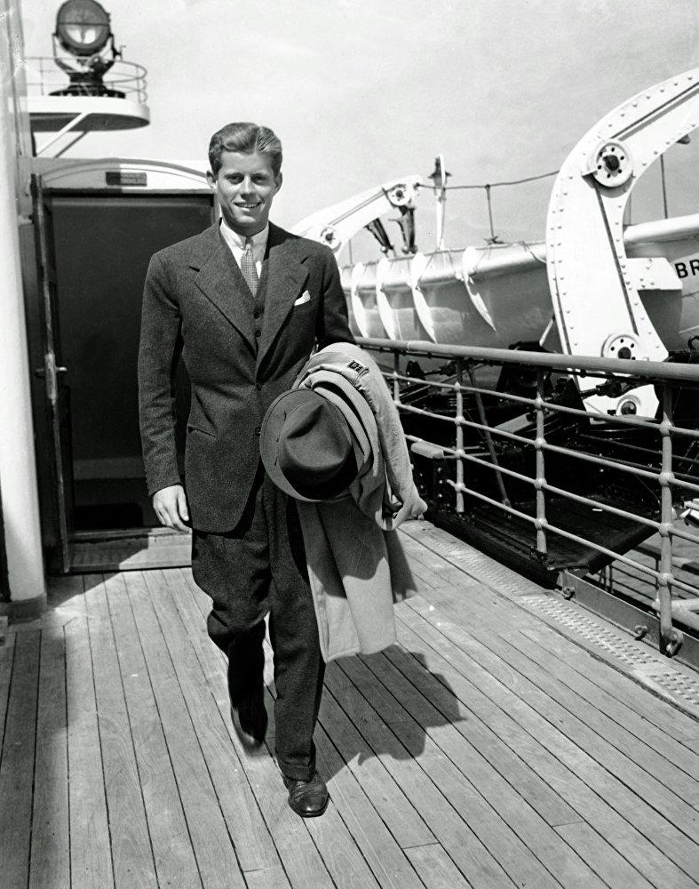 John F. Kennedy, fils de l'ambassadeur américain à Londres Joseph P. Kennedy, arrive à New-York le 8 septembre 1938 à bord du S.S. Bremen après des vacances d'été en Europe. Le jeune Kennedy est revenu aux États-Unis pour entamer sa première année à Harvard.
