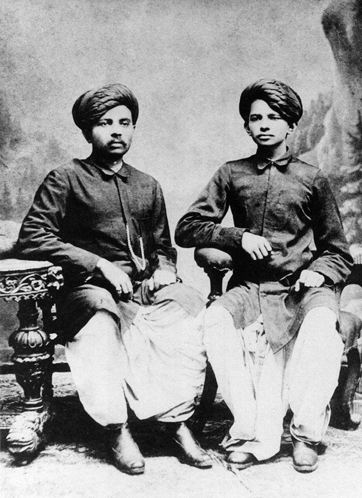 Mahatma Gandhi (à droite) avec son frère Laxmidas en 1886.