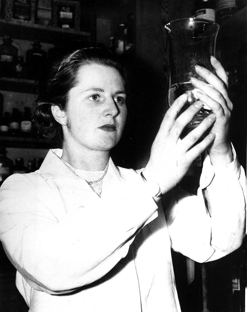 Margaret Roberts au travail dans un laboratoire chimique en 1950. Aux élections qui se tiennent cette année-là au Royaume-Uni, la future Margaret Thatcher est la plus jeune femme candidate du pays. Elle a brigué un mandat de députée dans la circonscription de Dartford, dans le Kent