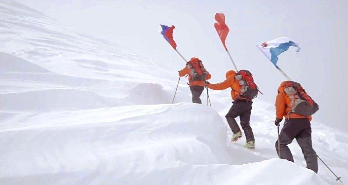 Un drapeau de la victoire planté sur un volcan au Kamtchatka