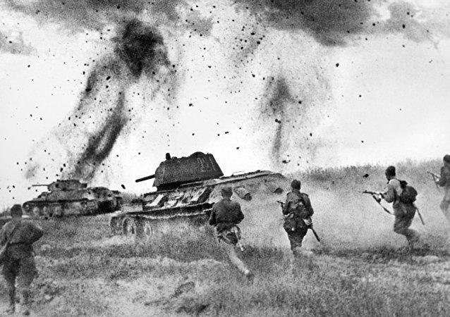 Offensive de Briansk. Les soldats de la 10e brigade blindée de la garde montent au front près de la ville de Karatchev. Grande Guerre patriotique 1941-1945.