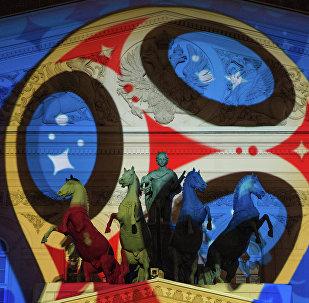 Le logo de la Coupe du monde 2018 projeté sur le théâtre Bolchoï à Moscou