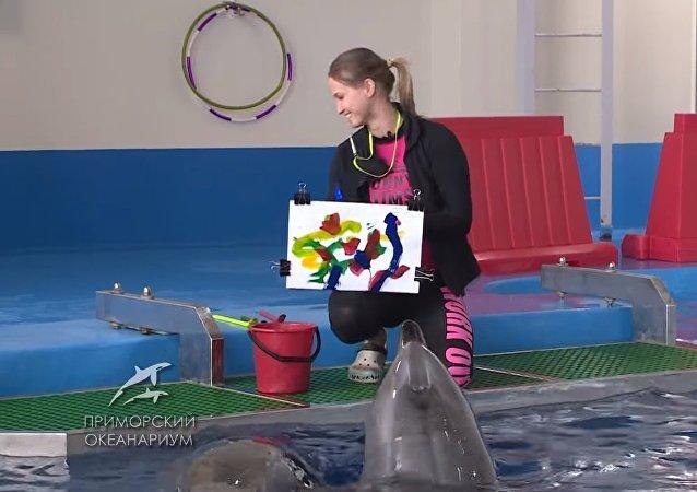 Des dauphins qui peignent? À Vladivostok, ils vous feront une toile gratuite!
