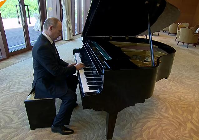 Vladimir Poutine remet ça et joue du piano