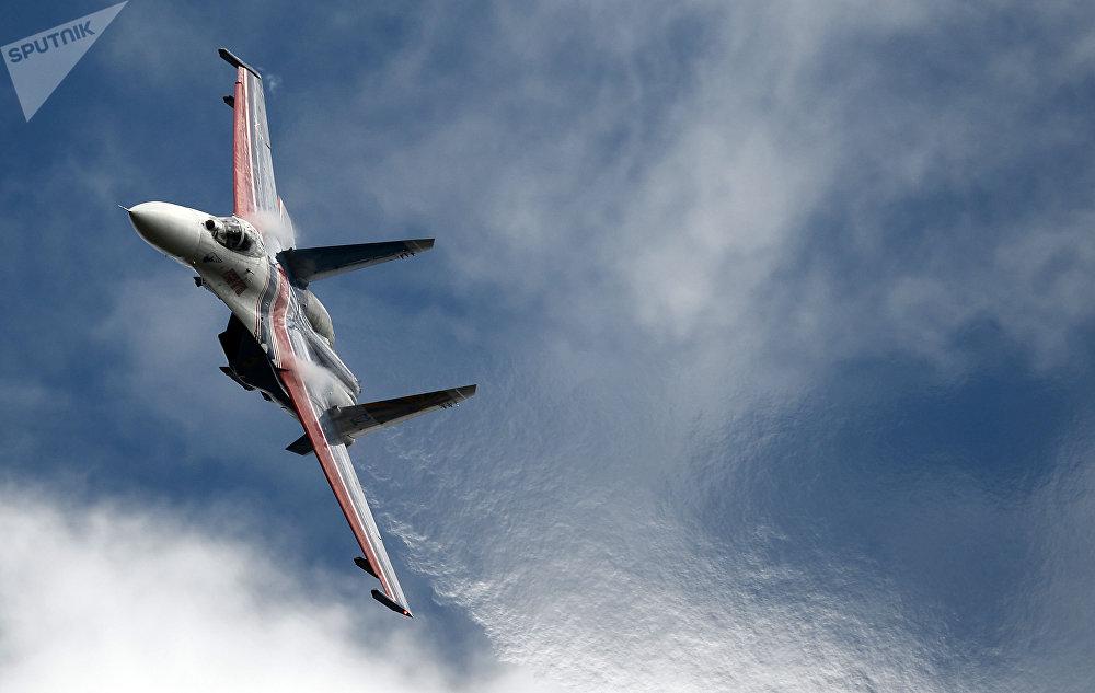 Le chasseur russe Su-27 de la patrouille acrobatique « Les Preux russes » lors du 2e forum international militaire et technique Armée 2016