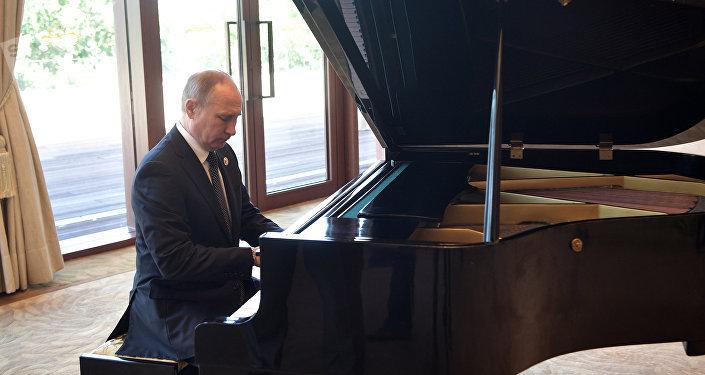 Poutine joue un air au piano avant la rencontre avec Xi Jinping