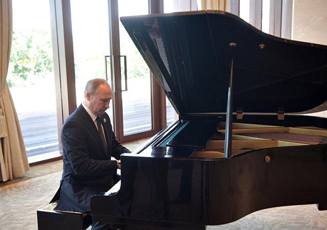 Vladimir Poutine joue du piano