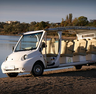 Un électromobile confortable pour déposer des estivants d'un hôtel à la mer