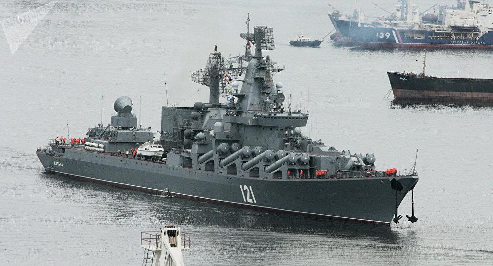 Le croiseur lance-missiles russe Maréchal Oustinov effectue des tirs en mer de Barents