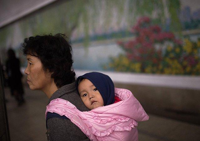 Un bébé et sa mère