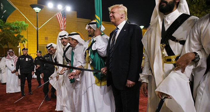 Donald Trump prend part à la danse au sabre en Arabie saoudite