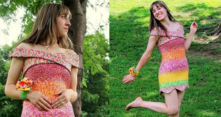 Tenue «délicieuse»: une robe créée avec les emballages de bonbons que son époux lui offre