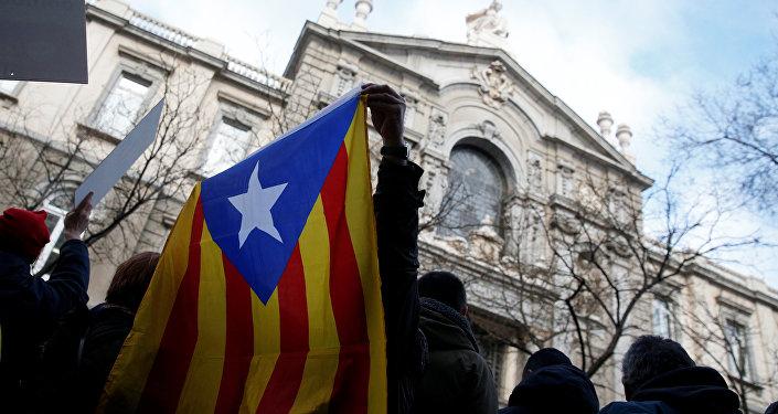 Une manif pour la tenue du référendum rassemble 100.000 personnes à Barcelone