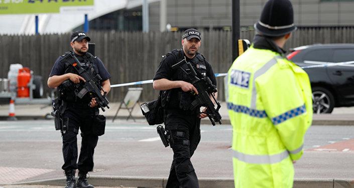 Londres: un homme arrêté avec un couteau peu avant le passage de la Reine