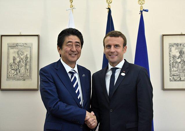 Emmanuel Macron et Shinzo Abe