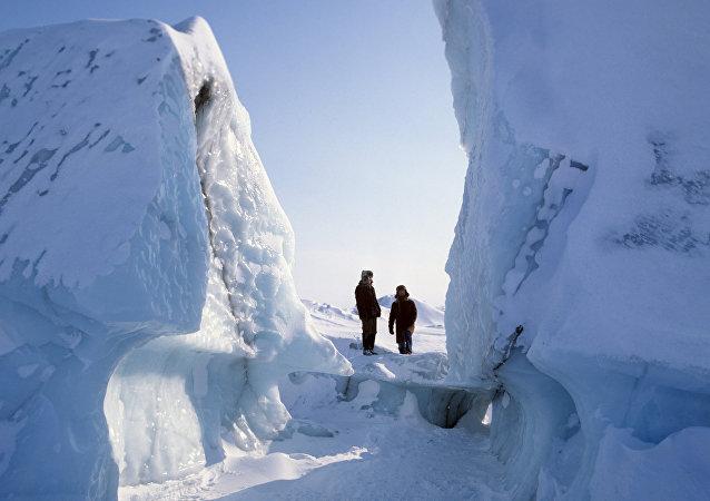 Dégoûté de son travail, il parcourt 65 km à pied dans le désert arctique