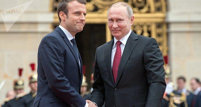 Emmanuel Macron et Vladimir Poutine se serrent la main à Versailles