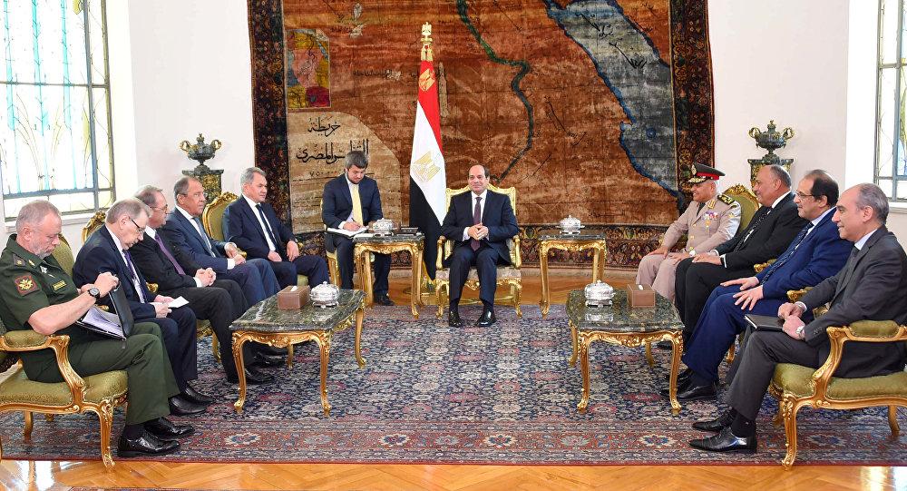 Le président égyptien Abdel Fattah al-Sissi reçoit les ministres russes des Affaires étrangères et de la Défense
